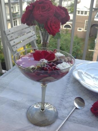 smoothie bowl Pitta met rozen en tuin op de achtergrond
